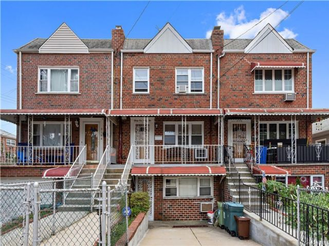 4 BR,  3.00 BTH  Other style home in Throggs Neck
