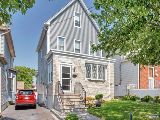 4 BR,  2.00 BTH 2 family style home in Lyndhurst