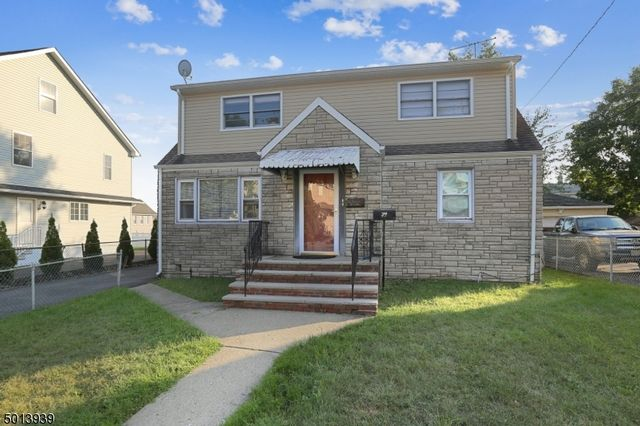 4 BR,  3.00 BTH Multi-family style home in Clifton