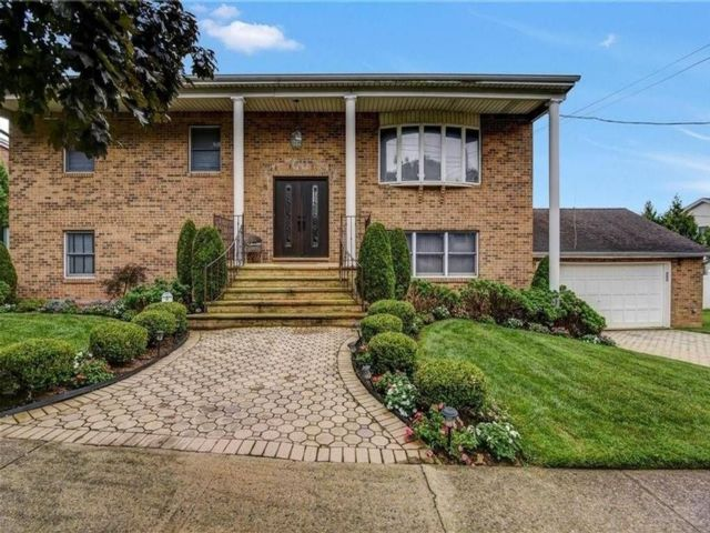4 BR,  3.00 BTH Single family style home in Se Annandale