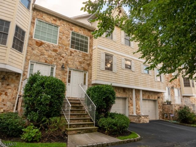 3 BR,  2.50 BTH Townhouse-inter style home in Belleville