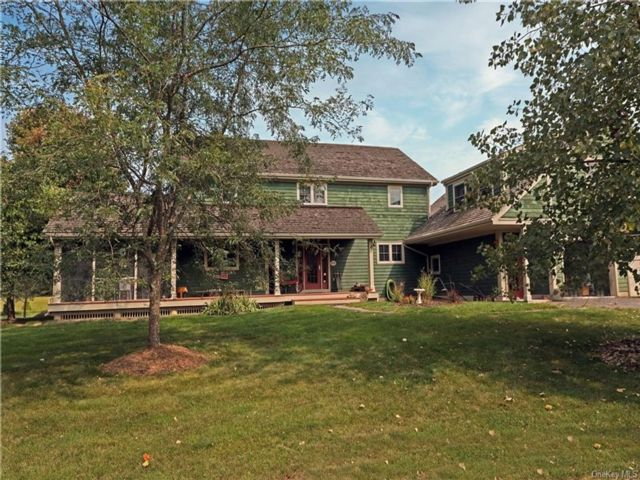 3 BR,  3.00 BTH Colonial style home in Shawangunk