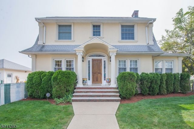 3 BR,  2.50 BTH Colonial style home in Clifton