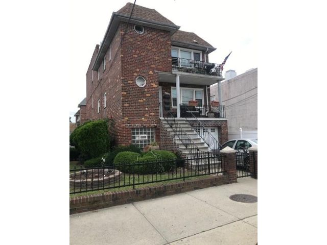 9 BR,  0.00 BTH Multi-family style home in Gravesend
