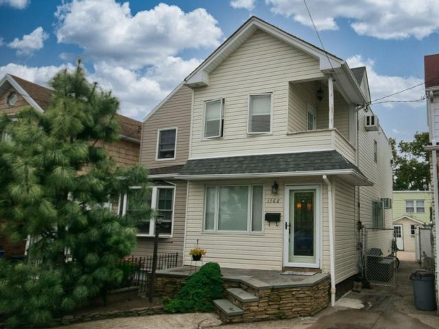 2 BR,  2.00 BTH Single family style home in Marine Park