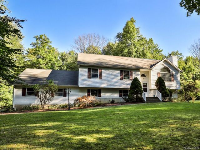 3 BR,  3.00 BTH Raised ranch style home in Wallkill