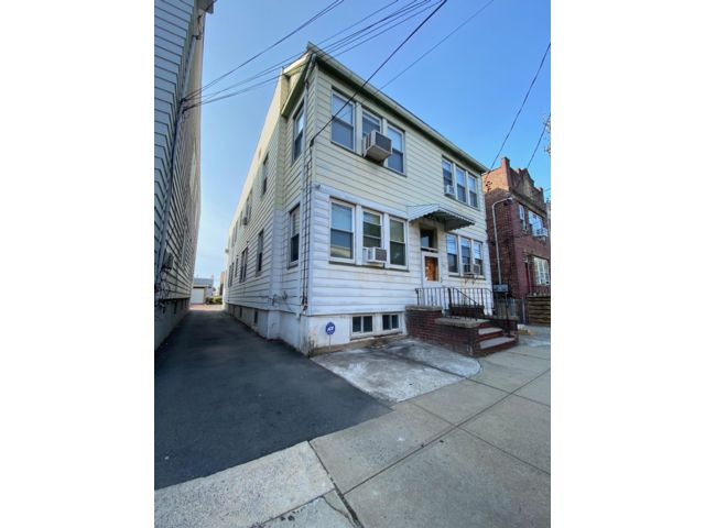 4 BR,  8.00 BTH   style home in Newark