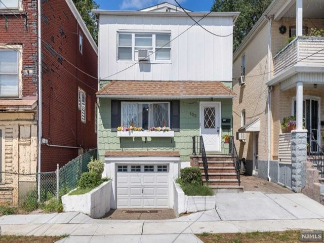 4 BR,  2.00 BTH 2 family style home in Garfield