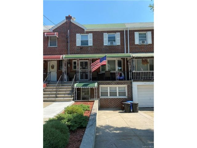 4 BR,  3.00 BTH  House style home in Throggs Neck