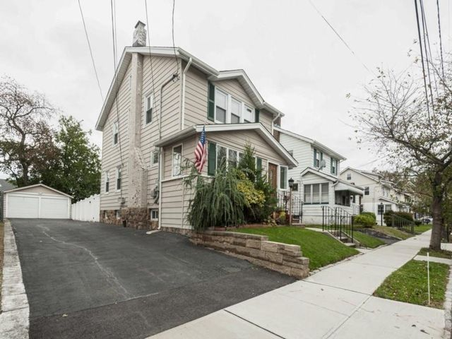3 BR,  1.50 BTH  style home in Belleville