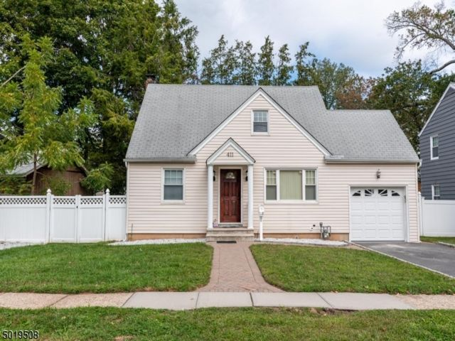 4 BR,  1.00 BTH Cape cod style home in Roselle