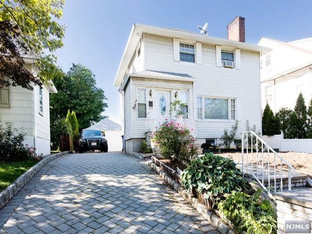 3 BR,  2.55 BTH  Colonial style home in Rutherford