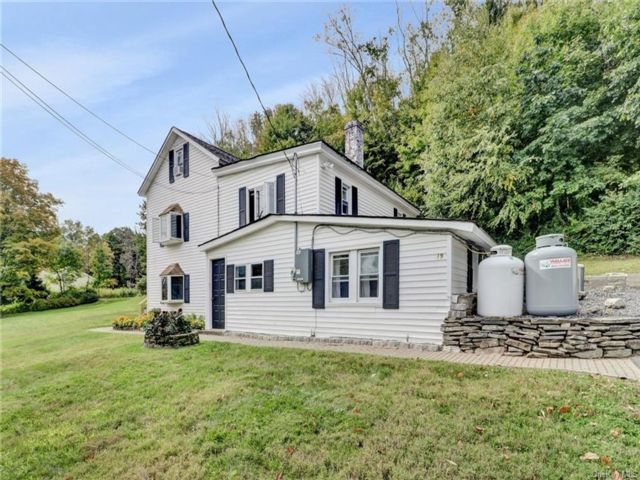 4 BR,  3.00 BTH Farmhouse style home in Mount Hope