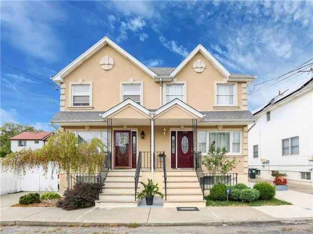 4 BR,  3.00 BTH Multi-family style home in Old Town