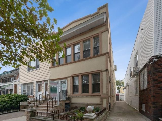 4 BR,  2.00 BTH  Multi-family style home in Bay Ridge