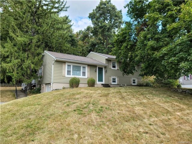 3 BR,  3.00 BTH  Split level style home in New Windsor