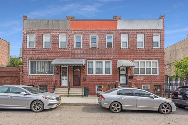 3 BR,  2.00 BTH  Single-family h style home in Astoria