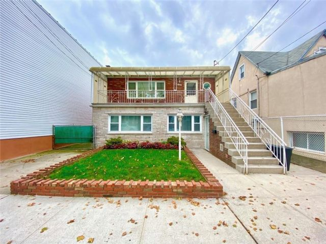 7 BR,  4.00 BTH Multi-family style home in Gravesend