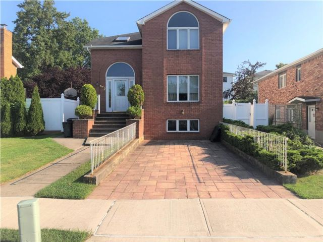 3 BR,  4.00 BTH Single family style home in Huguenot