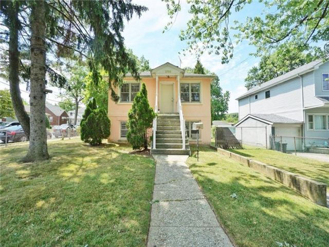 3 BR,  2.00 BTH Multi-family style home in Westerleigh