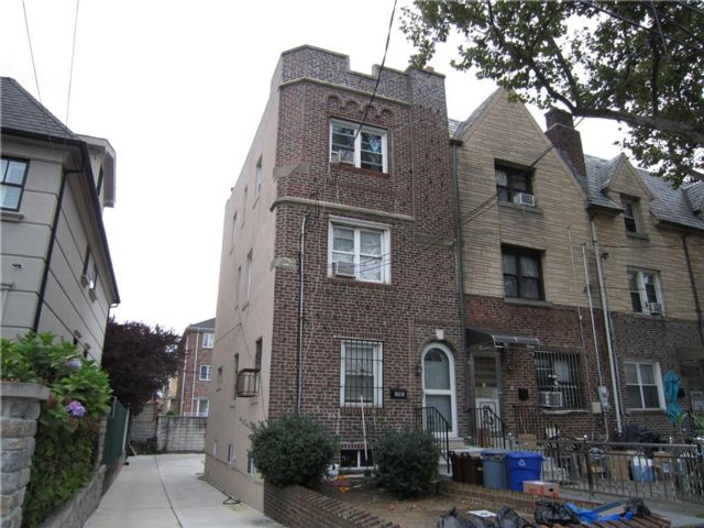 3 BR,  0.00 BTH Multi-family style home in Dyker Heights