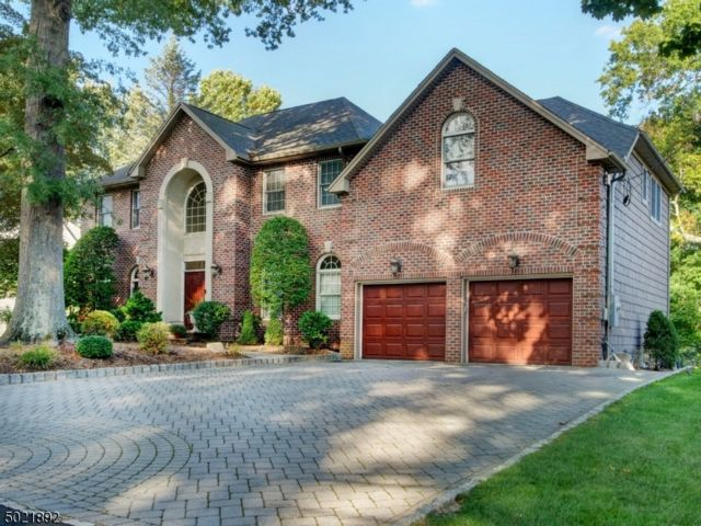 5 BR,  4.50 BTH Colonial style home in Mahwah