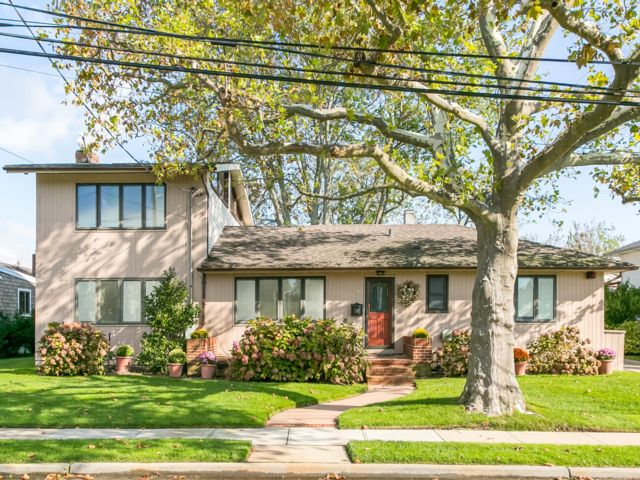 3 BR,  2.00 BTH Contemporary style home in Island Park