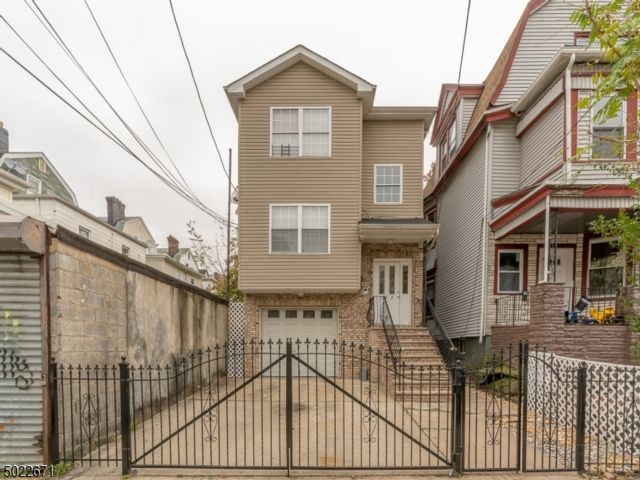6 BR,  4.50 BTH  Multi-family style home in Newark