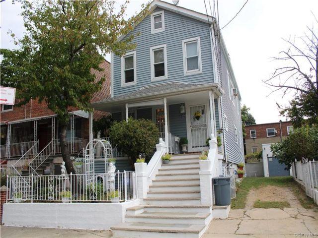 6 BR,  2.00 BTH Colonial style home in Esplanade