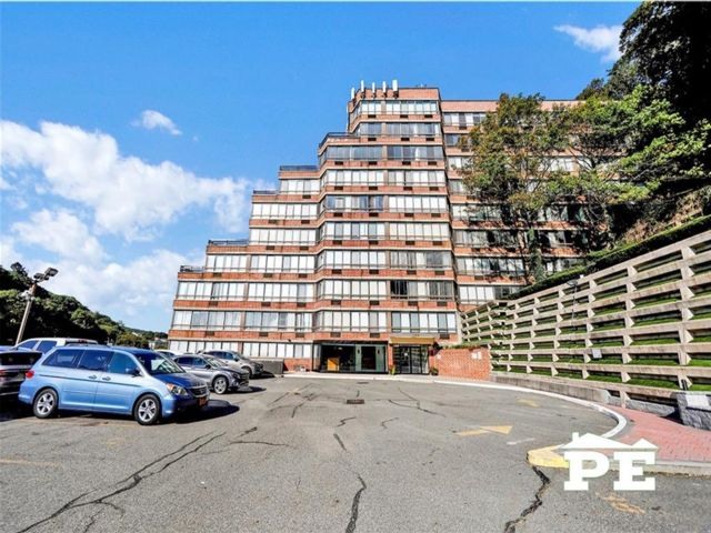 1 BR,  1.00 BTH Condominium style home in Grymes Hill