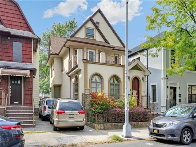 7 BR,  5.50 BTH Single family style home in Midwood