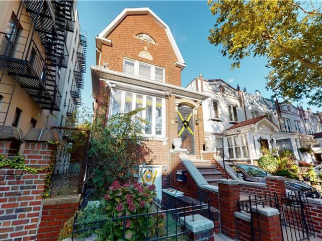 5 BR,  3.50 BTH  Single family style home in Bay Ridge