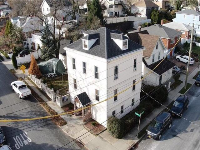 4 BR,  4.00 BTH  Single family style home in Dongan Hills-above Hylan