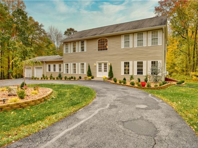 4 BR,  5.00 BTH Colonial style home in Mount Hope