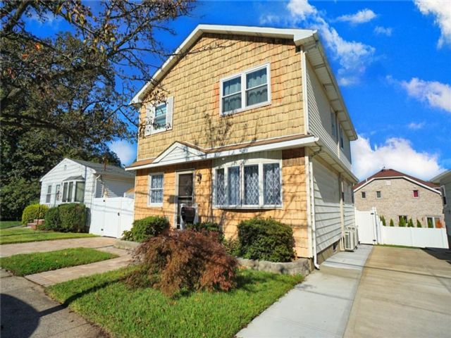 4 BR,  3.00 BTH  Single family style home in Eltingville