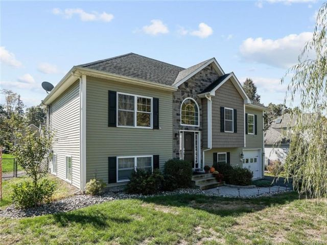 3 BR,  3.00 BTH  Contemporary style home in Cornwall