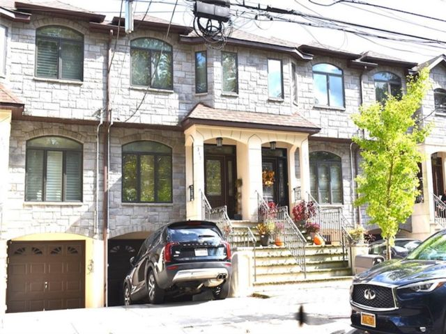 3 BR,  4.00 BTH Single family style home in Se Annandale