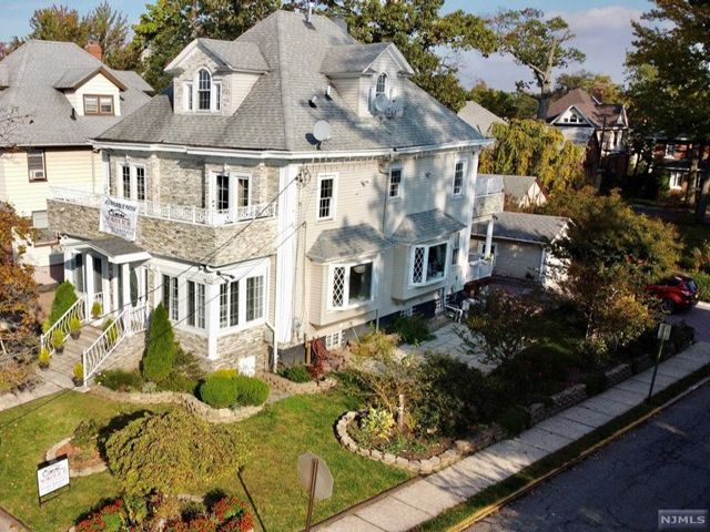 8 BR,  4.00 BTH Contemporary style home in Fort Lee