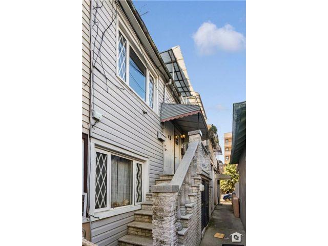3 BR,  2.00 BTH Multi-family style home in Manhattan Beach