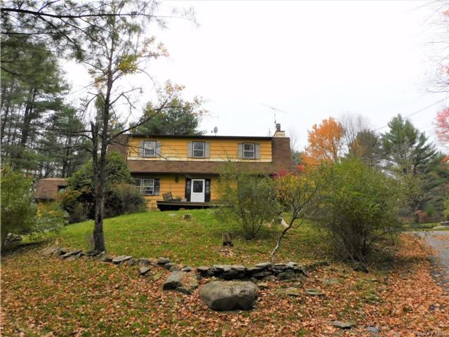 3 BR,  3.00 BTH Colonial style home in Fallsburg