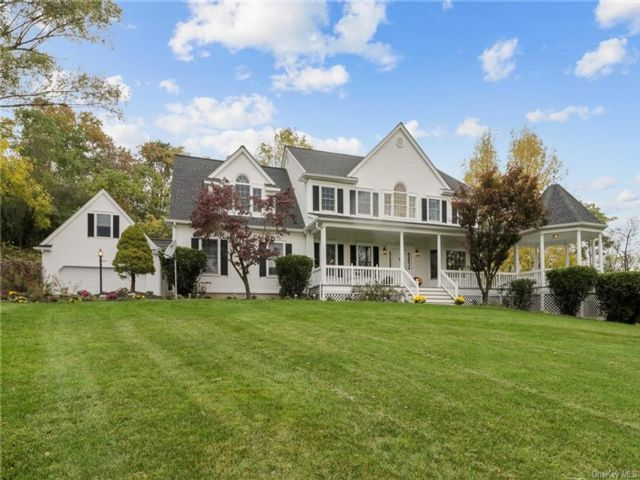 5 BR,  4.00 BTH  Colonial style home in Goshen