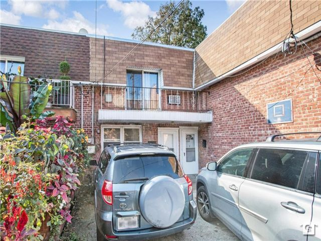 6 BR,  2.00 BTH Multi-family style home in Bayswater
