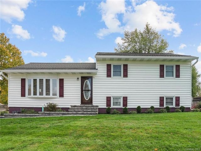 3 BR,  3.00 BTH  Split level style home in Newburgh