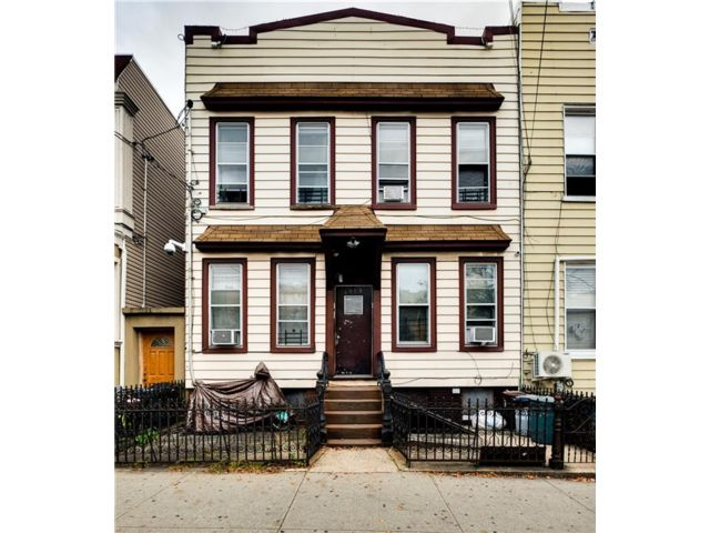 8 BR,  4.00 BTH  Multi-family style home in Ridgewood