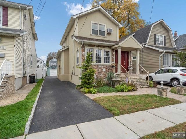 3 BR,  2.50 BTH  Colonial style home in Lyndhurst
