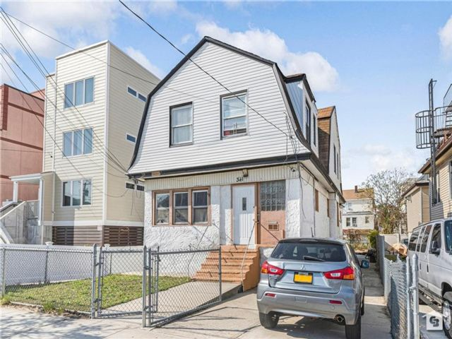 6 BR,  3.00 BTH Multi-family style home in Arverne