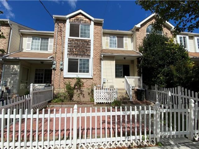3 BR,  2.00 BTH  Single family style home in Willowbrook
