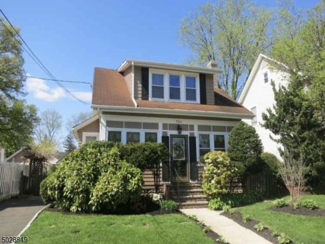 3 BR,  1.50 BTH  Colonial style home in Roselle