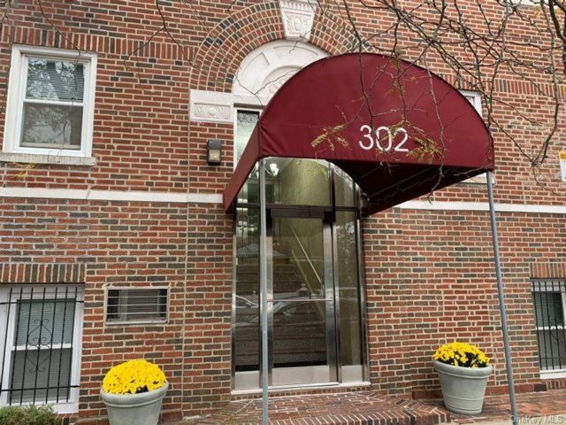 1 BR,  2.00 BTH Mid rise style home in Woodmere