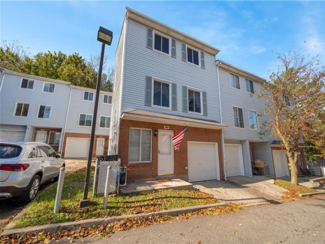 4 BR,  3.50 BTH Single family style home in Arden Heights